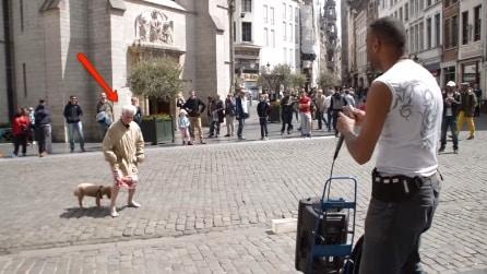 L'artista di strada si esibisce ma quando l'anziana si avvicina succede qualcosa di incredibile