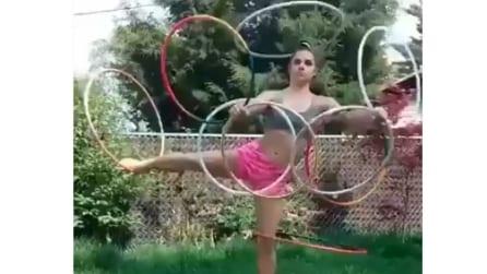 Muove contemporaneamente 9 hula hoop, davvero incredibile
