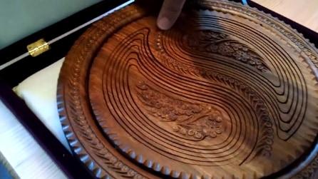 Sembra un normale intarsio in legno ma guardate in cosa si trasforma