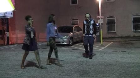 Si aggira in piena notte indossando un paio di cuffie, guardate cosa succede alle due ragazze
