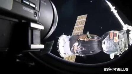 Spazio, l'attracco della navicella Soyuz visto dagli astronauti: spettacolo mozzafiato
