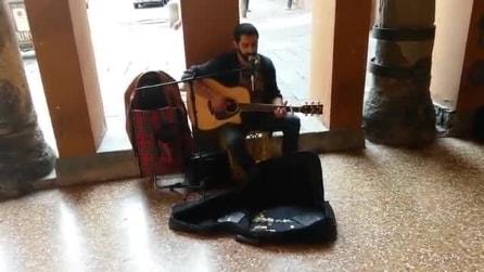 Fabio Curto canta per le vie di Bologna