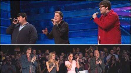 Il trio inizia a cantare e il pubblico è subito in delirio