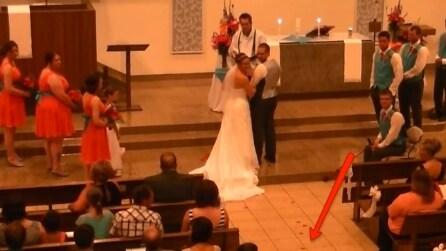 Stanno per sposarsi quando d'improvviso irrompe qualcuno in chiesa e li sorprende