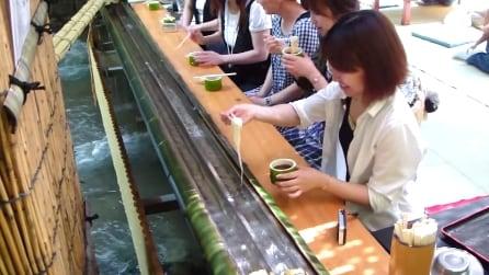 La pesca dei noodles: quando il fiume porta il pasto a tavola