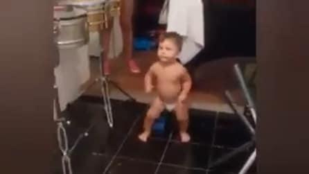 Il bimbo sente la musica e la sua reazione è sorprendente: un ballerino nato