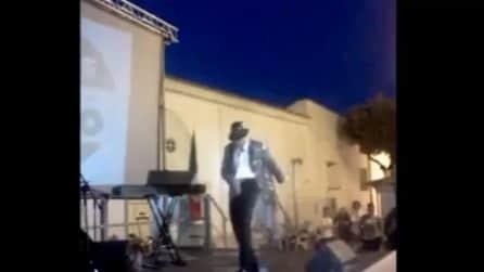 Candidato eletto alla Regione Puglia mantiene la promessa e balla il moonwalk in piazza