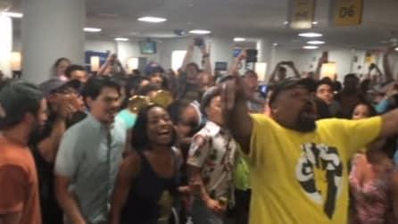 Il volo ritarda e i passeggeri si scatenano: una performance da brividi