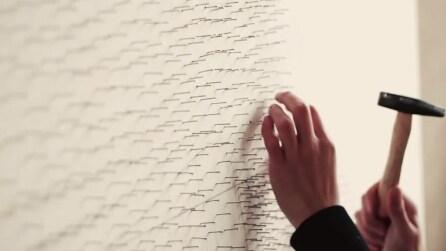 Inserisce migliaia di chiodi in una parete e il risultato finale vi sbalordirà