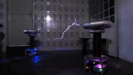 """Le bobine di tesla suonano gli AC/DC: partono i """"fulmini"""" e lo spettacolo è strabiliante"""