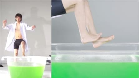 """Riempie una vasca di """"melma"""" verde ed ecco cosa succede quando ci si tuffa dentro"""