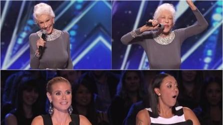 Ha 87 anni ed era una showgirl, sale sul palco ed i giudici non credono ai loro occhi