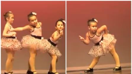 Iniziano a ballare, ma quello che fa la bimba al centro vi farà morire dal ridere