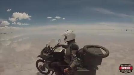 """Il motociclista cammina su un enorme """"specchio"""" naturale: le incredibili immagini"""