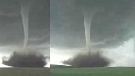 """Il terrificante """"tornado perfetto"""" filmato dai cacciatori di tempeste"""