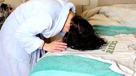 Plopping: la tecnica per modellare i capelli ricci con una t-shirt