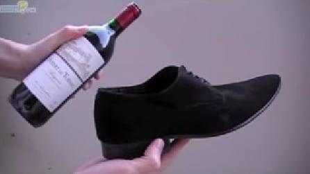 Aprire una bottiglia di vino senza usare il cavatappi, ma utilizzando una scarpa