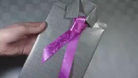 Ecco come fare la cravatta al vostro pacco regalo
