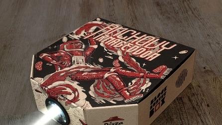Trasformano il cartone della pizza in proiettore: così è possibile guardare i film
