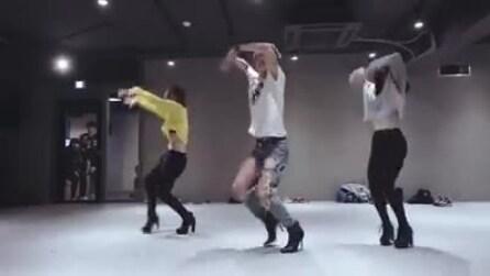 """I loro movimenti sono irresistibili ma guardate bene la """"ragazza"""" al centro"""