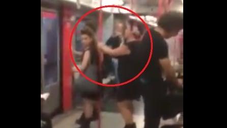 Metro Milano, inizia a cantare e tutti la guardano ma attenzione alla ragazza davanti