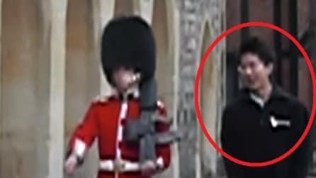 Ecco cosa ti succede se fai arrabbiare una Guardia della Regina