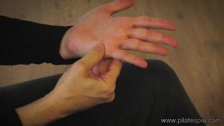 Hai un dolore? Premi questi punti sulla mano e inizierai a stare meglio