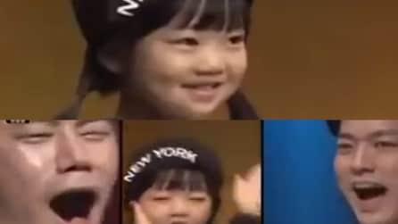 Sale sul palco con il suo sorriso dolce: ma guardate cosa accade pochi secondi dopo