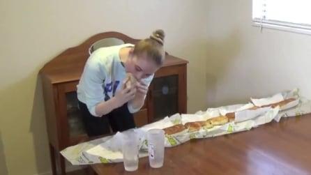 Le modelle non mangiano? Non avete visto lei a tavola davanti ad un panino di un metro e mezzo