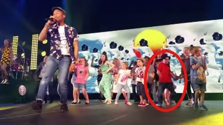Il bambino che sale sul palco e ruba la scena a Pharrell Williams