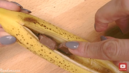 Inserisce dei pezzi di cioccolato nella banana. Ecco il perché