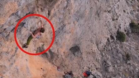 Si sta arrampicando sulla roccia a mani nude, manca la presa e ci rimette quasi la pelle