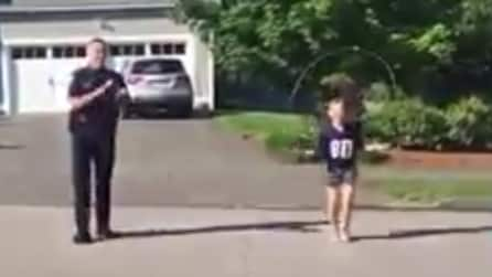 Le bambine saltano la corda, poi arriva il poliziotto e guardate cosa fa