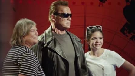 Scattano una foto con la statua di Terminator ma non sanno cosa sta per accadere