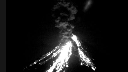 Messico, la spettacolare eruzione notturna del vulcano Colima