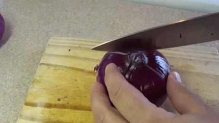 Fa quattro piccoli tagli sulla cipolla, il trucco di cui non potrai più fare a meno