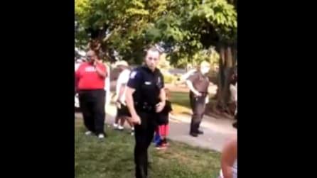 Stanno facendo una festa, il poliziotto gli si avvicina e guardate che fa