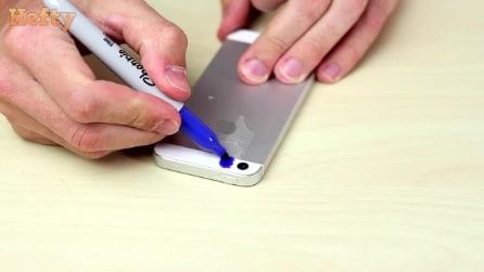 Ele coloca a fita adesiva no telefone e pinta com marcadores: quando ele filma, o que acontece é incrível