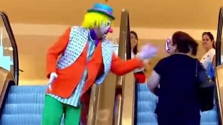 Il clown le lancia una torta in faccia e lei va fuori di testa: esilarante!