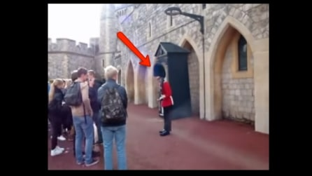 Mai scherzare con le guardie della regina: ecco cosa succede