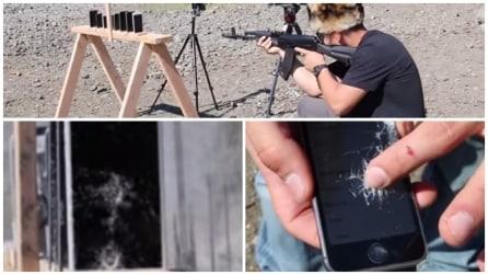 Mette in fila 8 smartphone e poi spara: guardate chi resiste al proiettile