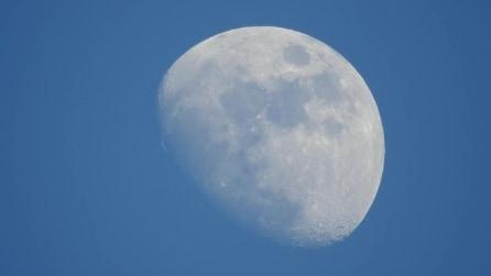 Zoom con la sua fotocamera sulla luna: le immagini sono da brivido