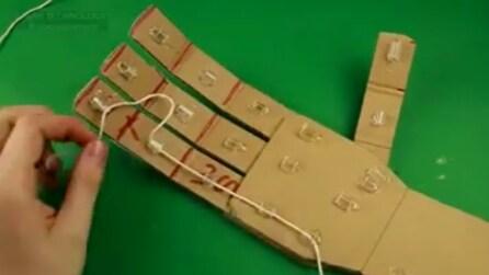 Fa passare un filo elastico nella manina di cartone: la geniale invenzione che puoi fare anche tu
