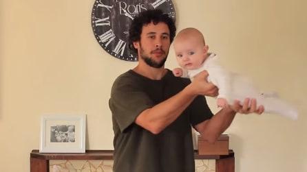 Esistono 20 modi di tenere in braccio un bambino: la lezione del papà neozelandese a tutto il mondo