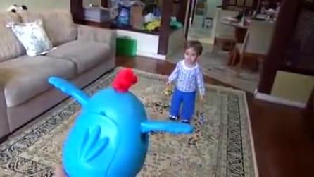 Arriva papà con un nuovo giocattolo: la reazione dl piccolo è esilarante
