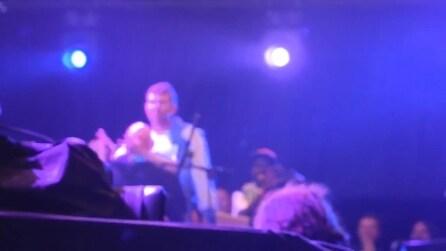 Damon Albarn dei Blur portato giù dal palco con la forza