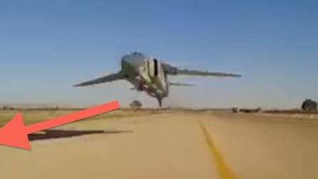 Jet militare a bassissima quota gli stacca quasi la testa: impressionante!