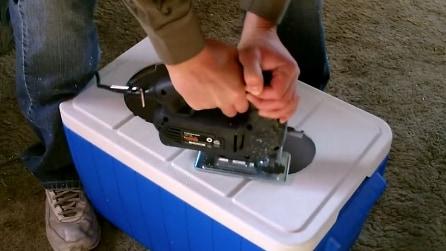 Fa due buchi su un frigo termico per realizzare un'invenzione geniale