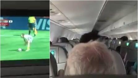 La calciatrice fa goal ed ecco cosa succede nell'aereo