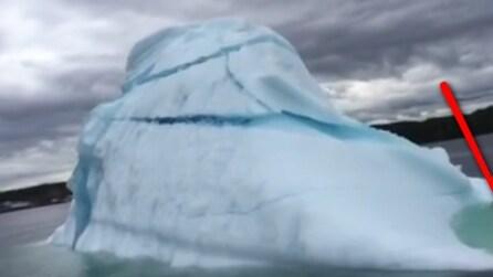 I turisti si avvicinano all'iceberg ma accade qualcosa di impressionante